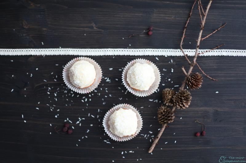 Cupcakes auf holz mit spitzenband