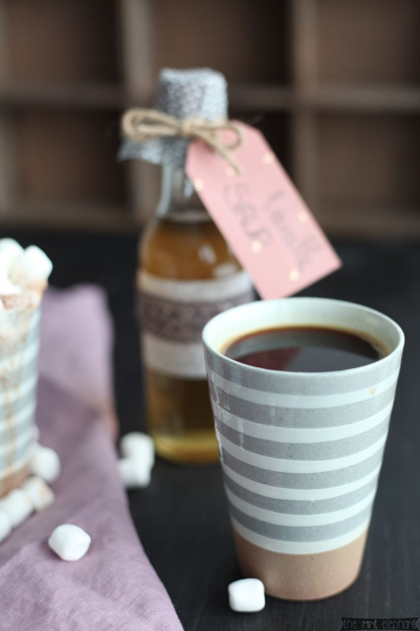 Kaffee im grau gestreiften Becher frontal