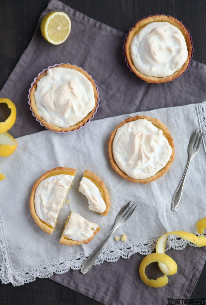 Zitronen Tarte von oben auf grauer Spitze