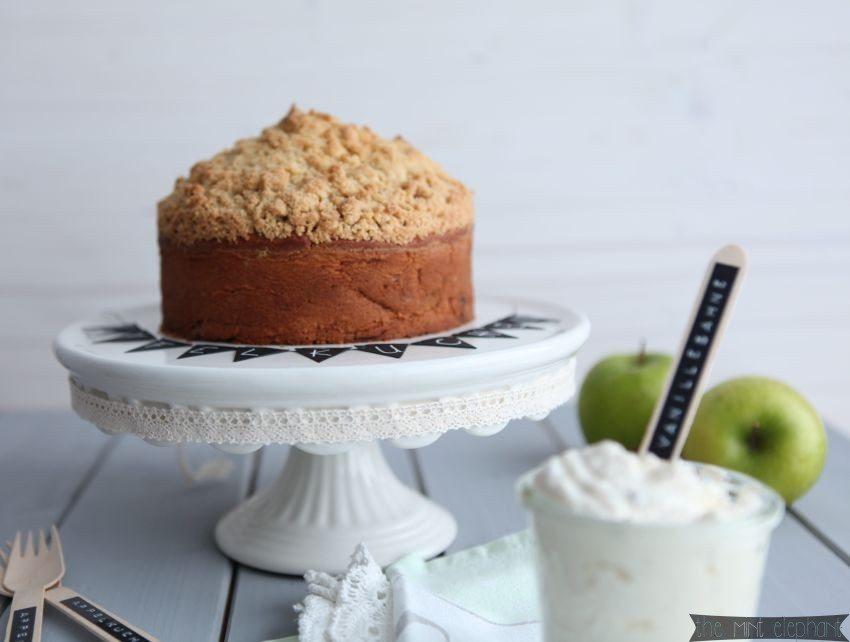 Apfelkuchen frontal mit Apfel und Vanillesahne und Gabeln