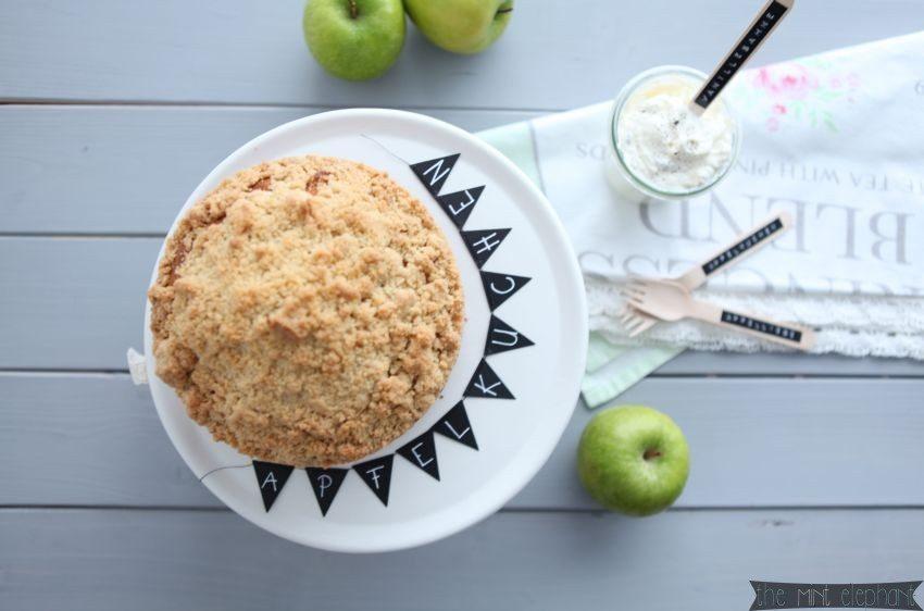 Apfelkuchen von oben auf weißer tortenplatte
