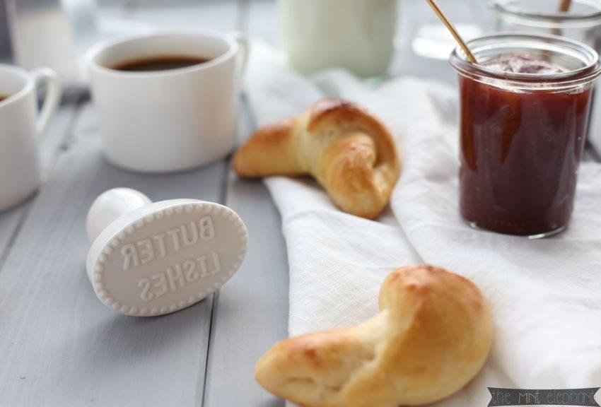 Butterstempel im Detail mit Milchhörnchen und Marmelade