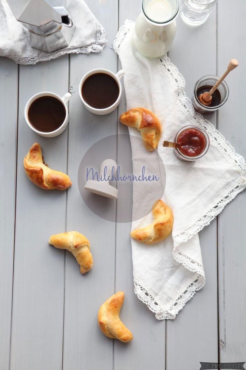 Milchhörnchen mit Marmelade und Kaffee aus Vogelperspektive