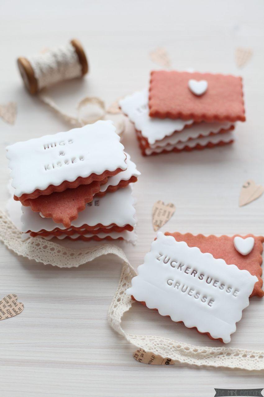 Zuckersüsse Grüsse auf rosa Keksen