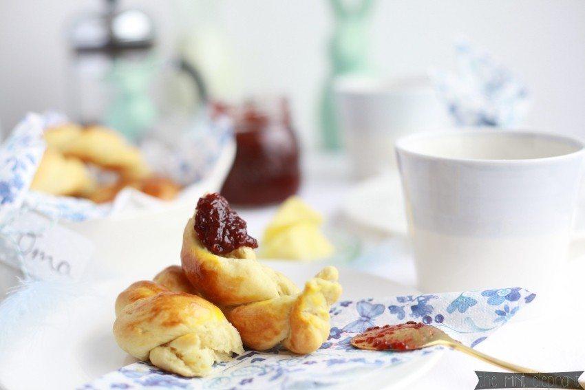 Hefekranz mit Marmelade und Kaffee