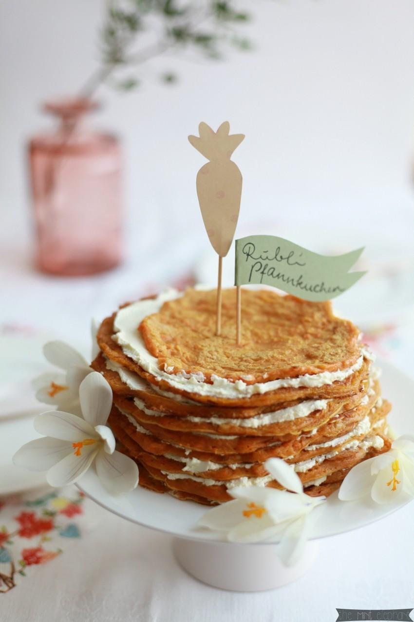Möhren Pfannkuchen auf Tortenplatte frontal
