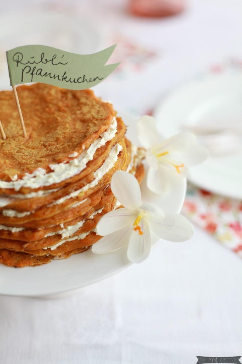 Möhren Pfannkuchen mit Krokussen weiß
