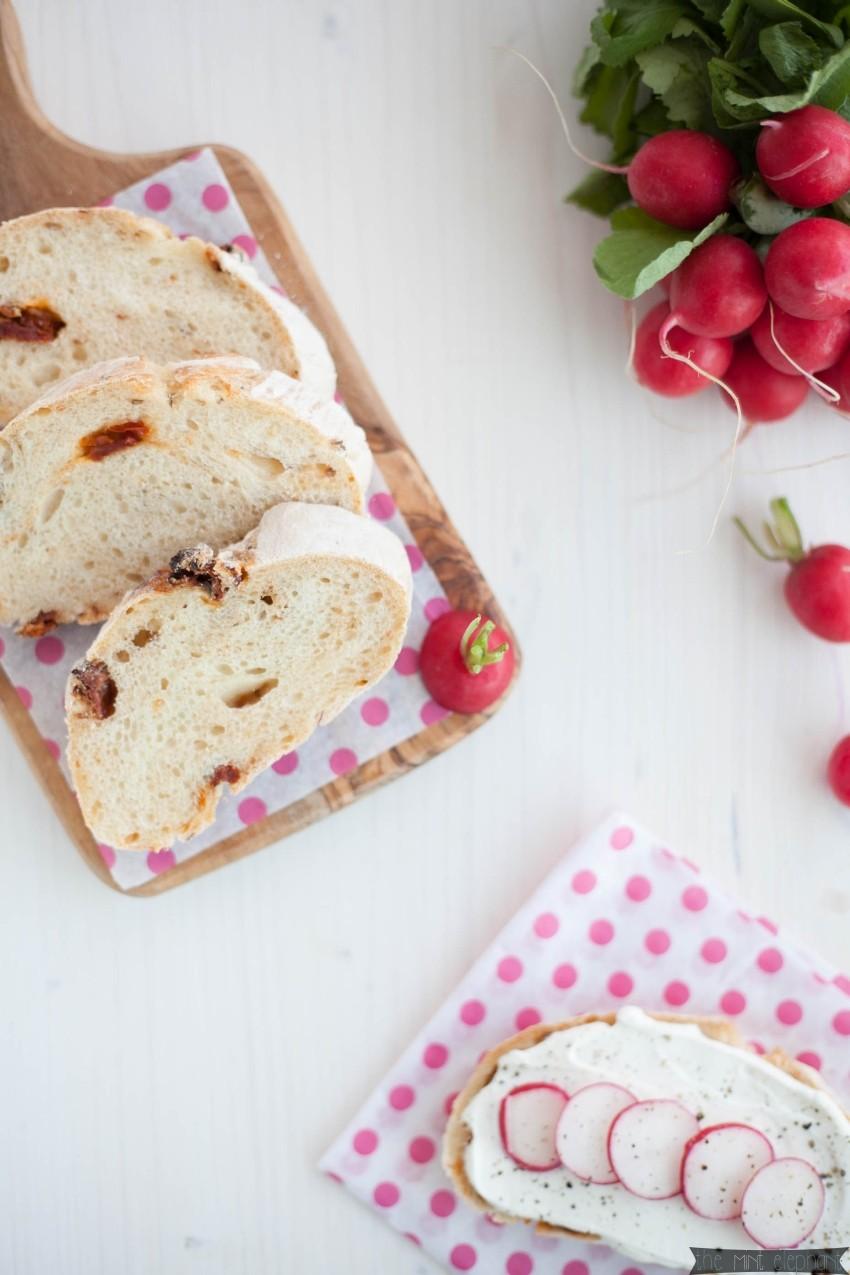Ciabatta mit getrockneten Tomaten selbstgemacht auf Brettchen