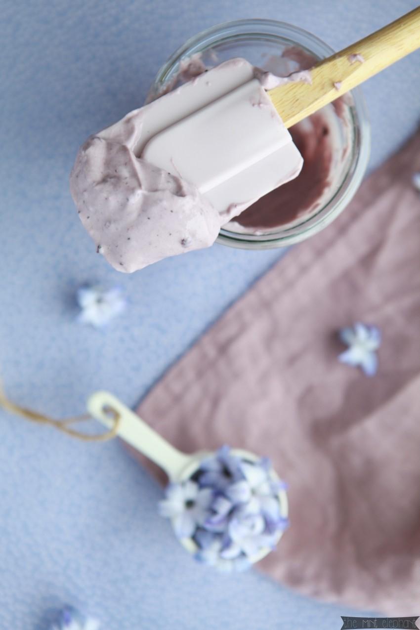 Heidelbeer Mascarpone Creme auf Teigspachtel lila
