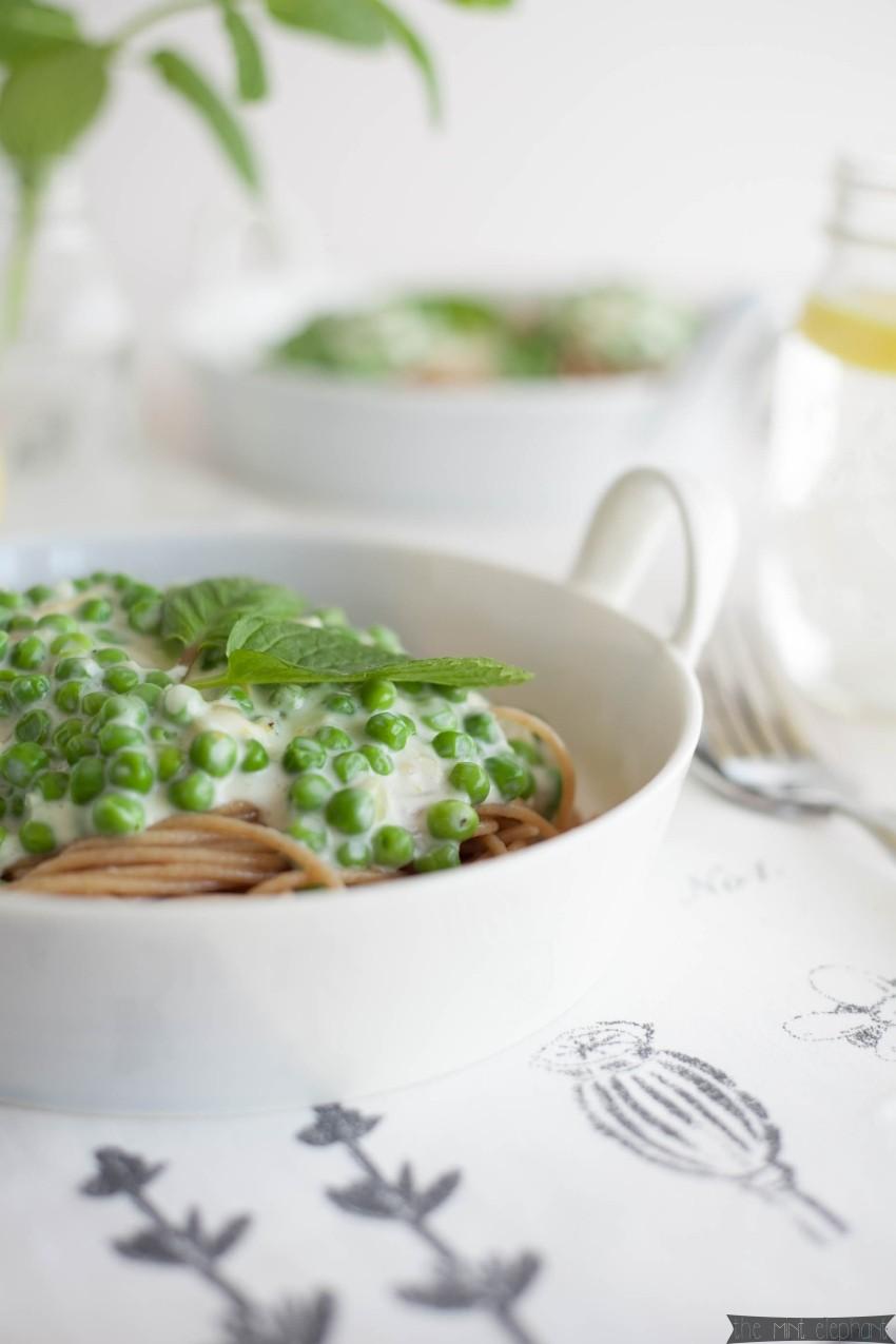 Spaghetti Carbonara mit Erbsen und Minze angerichtet