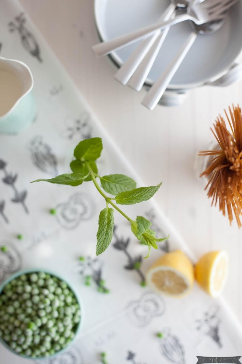 Spaghetti Carbonara mit Erbsen und Minze vogelperspektive