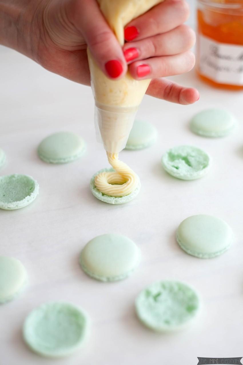Macarons mint dekoriert mit weißer Schokoladen-Zitronen-Ganache