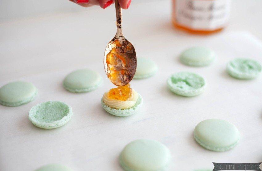 Macarons mint gefüllt mit Orangenmarmelade und Ganache