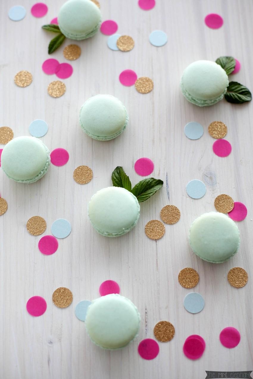 Macarons mint mit Konfetti und Minze Blättchen