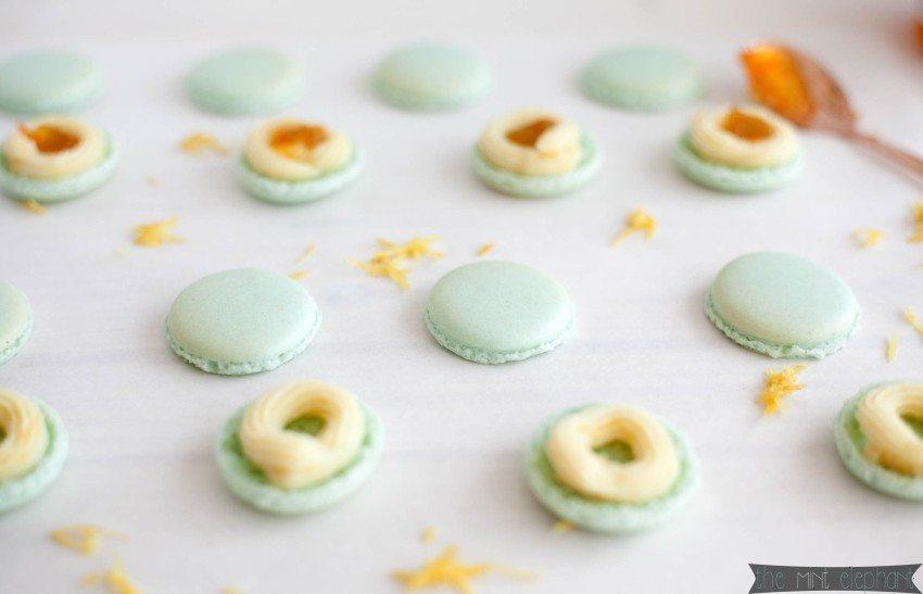 Macarons mint mit weißer Schokoladen Ganache und Marmelade gefüllt