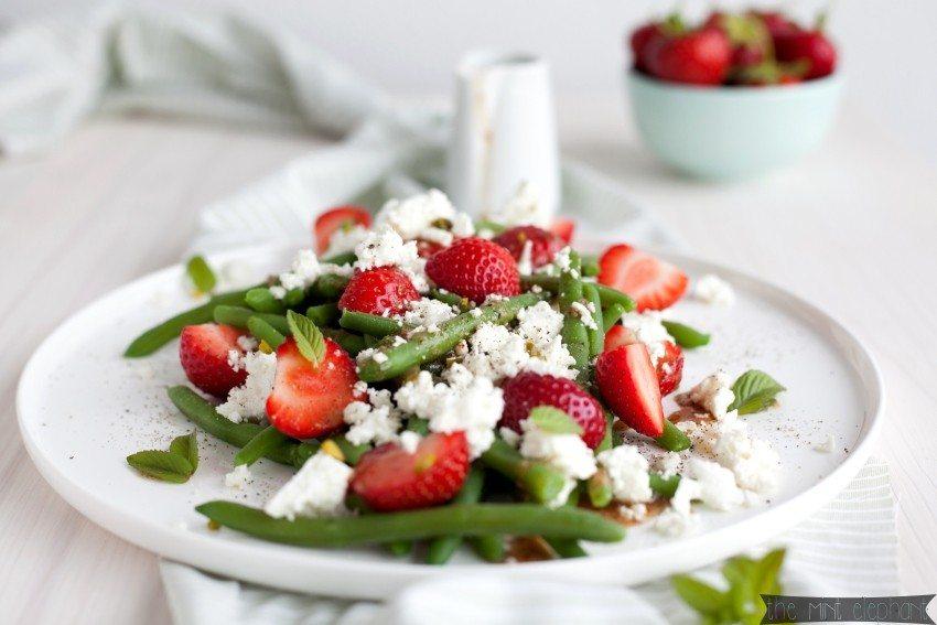 Bohnen Erdbeer Salat mit Feta und Pistazien
