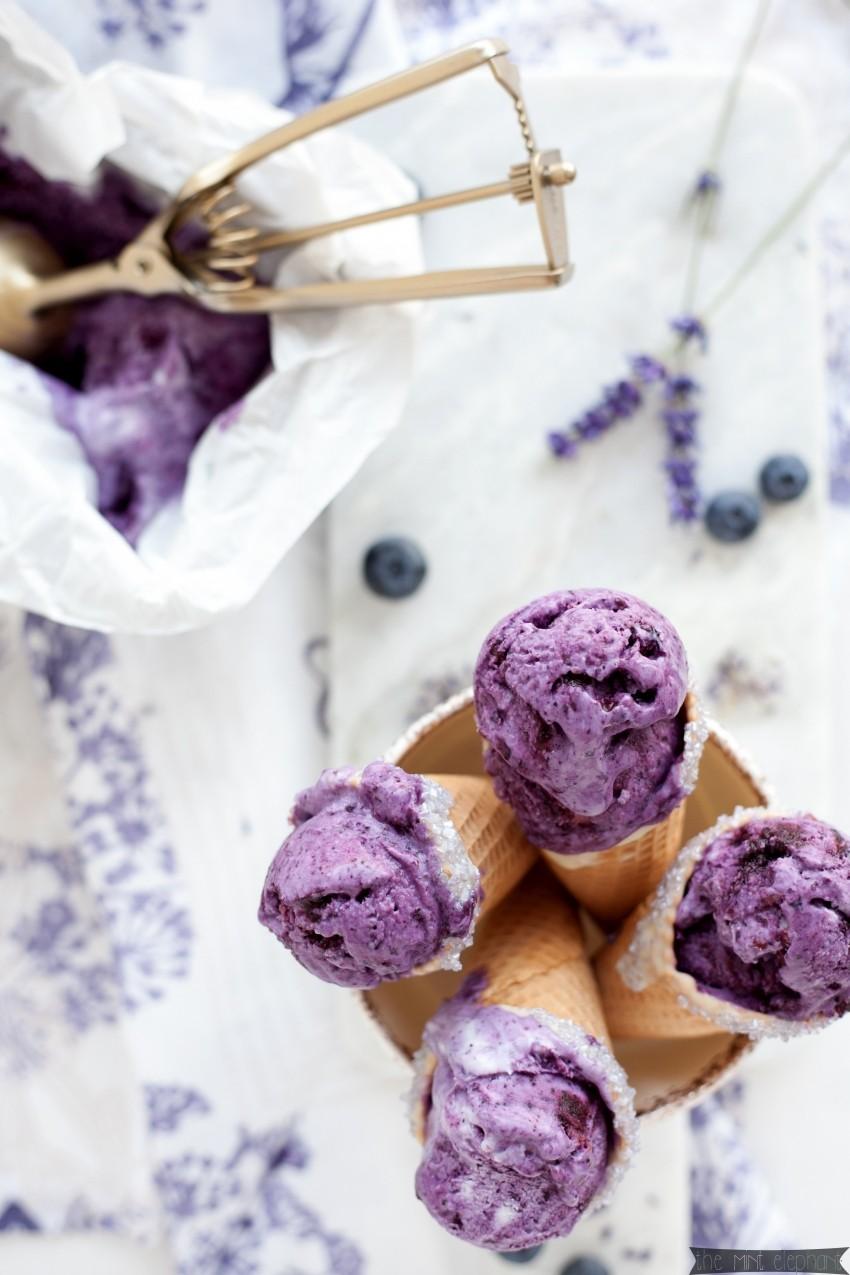 Heidelbeer Eis mit Lavendel in der Waffel mit Eisportionierer1