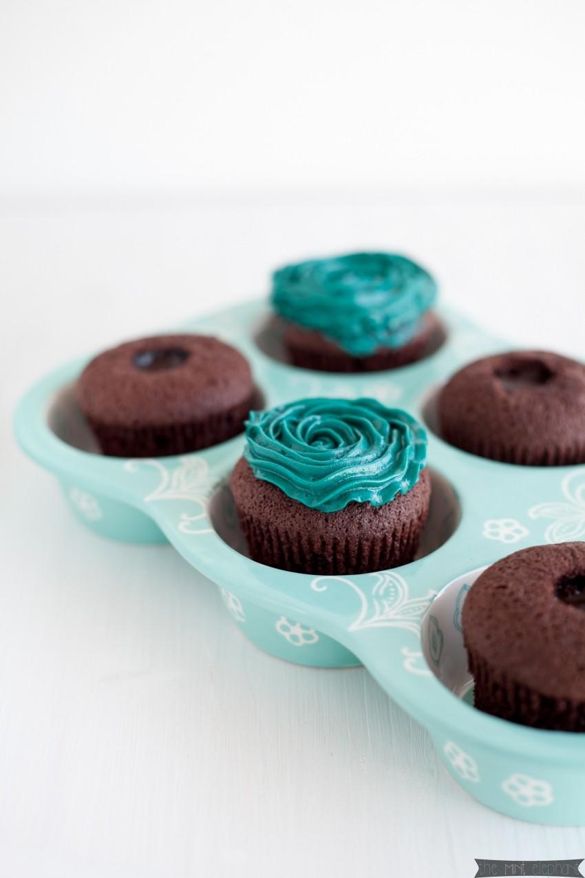 Schokoladen-Cupcakes-mit-Frosting-türkis-in-Muffinform-mint I